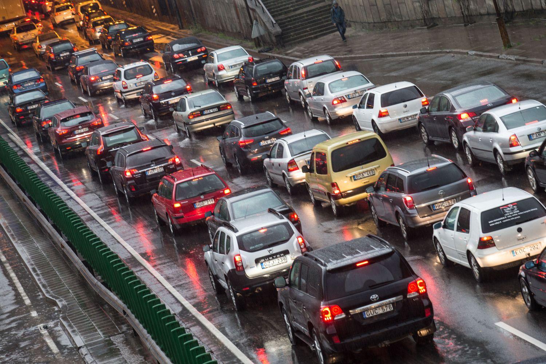 Liepą naujų automobilių gausėjo, bet lėčiau