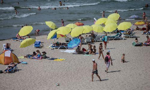 Estai pasiuntė droną atskraidinti gėrimų į paplūdimį