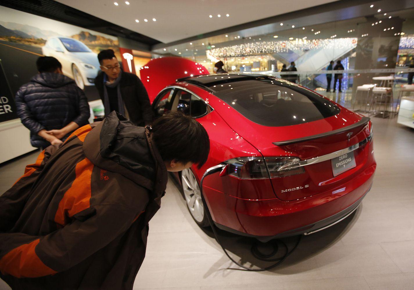 """Rekordiniai """"Tesla"""" nuostoliai: akcijos pakilo 7,5%"""