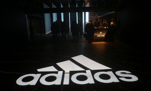 """""""Adidas"""" savo tinklą Rusijojemažina 160 parduotuvių"""