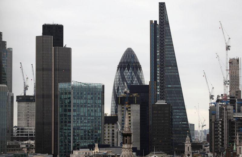 """Londono darbdaviai skundžiasi darbuotojų stygiumi. Neilo Hallo (""""Reuters"""" / """"Scanpix"""") nuotr."""