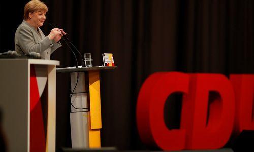 """Merkel sugrįžo silpnesnė, rinkimųkampanijoje dominuoja """"Dyzelgeitas"""""""