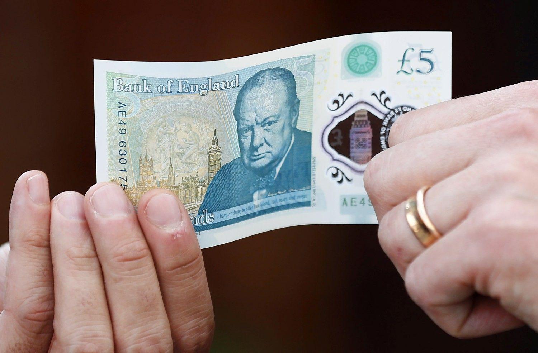 Svaras sterlingų euro atžvilgiu – pigiausias per 7 metus