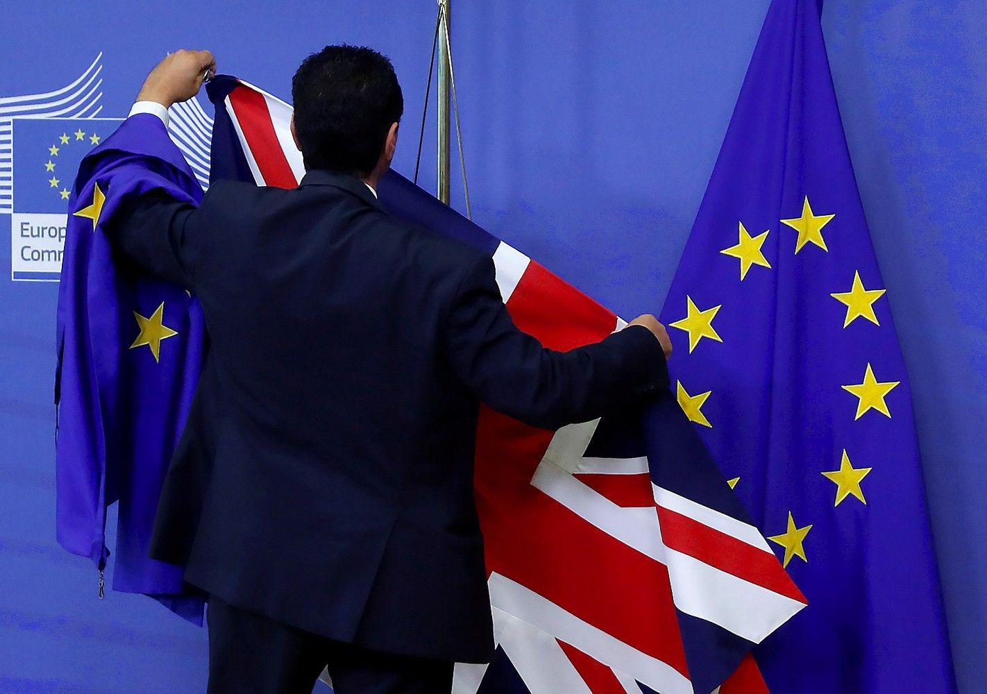 "Po ""Brexit"" į JK keliaujantiems ES piliečiams vizų turėtųnereikėti"