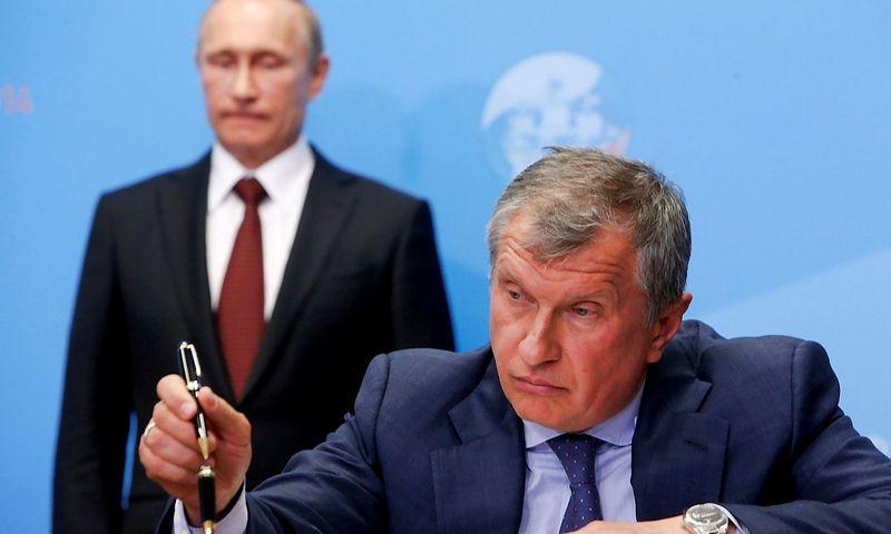 """Igoris Sečinas, """"Rosneft"""" vadovas, ir Vladimiras Putinas, Rusijos prezidentas. Sergejaus Karpukhino (""""Reuters"""" / """"Scanpix"""") nuotr."""