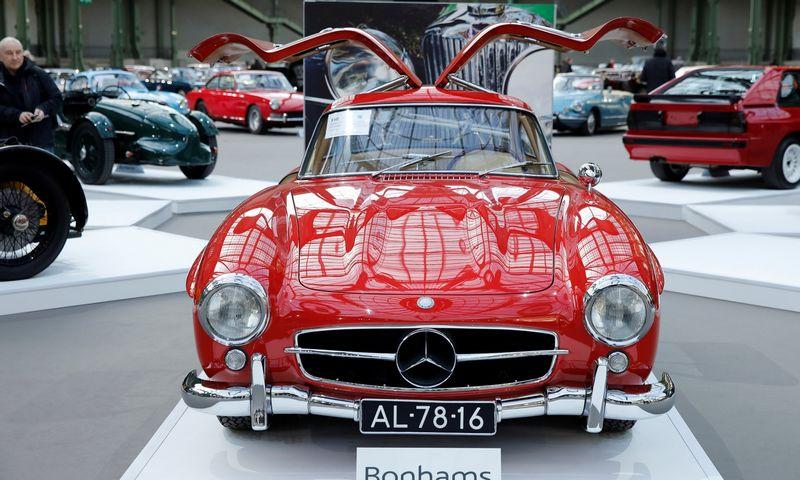 """""""Bonhams"""" klasikinių automobilių aukcionas. Benoito Tessiero (""""Reuters"""" / """"Scanpix"""") nuotr."""
