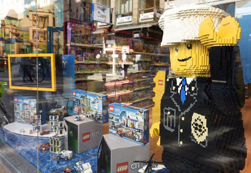 """Lego"" parduotuvė Kopenhagoje. Fabiano Bimmerio (""Reuters"" / ""Scanpix"") nuotr."