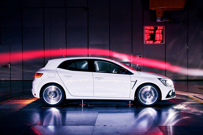 """""""Renault"""" demonstruoja raumenis – parodė naują """"Megane R.S."""""""