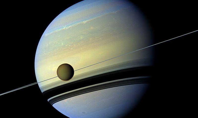 """Saturnas ir Titanas. """"Reuters"""" / """"Scanpix"""" nuotr."""