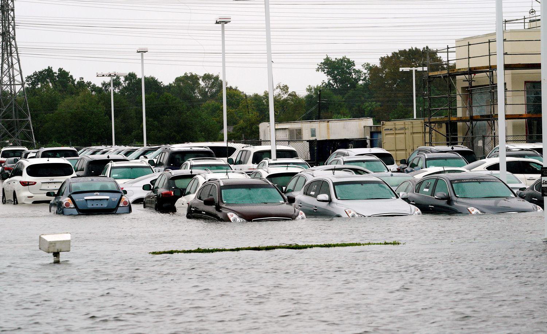 Po uragano laukia nuskendusių automobilių bangos iš JAV