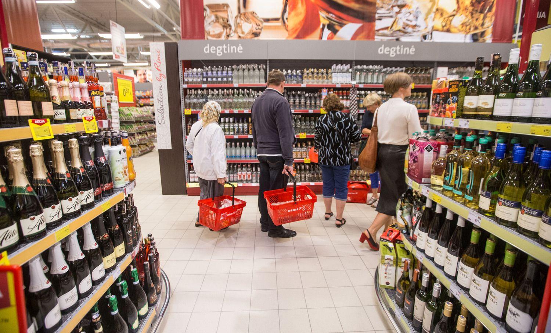 """""""Nielsen"""" tyrimas: visų kategorijų alkoholio žmonės perka mažiau"""