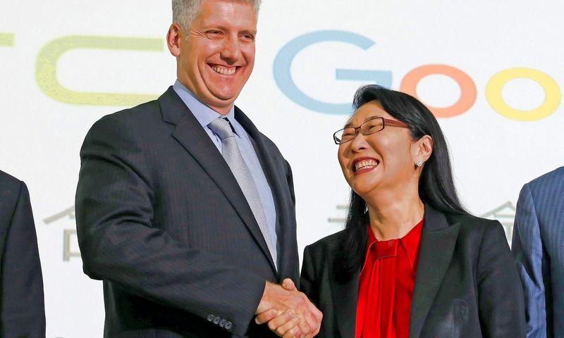"""Rickas Osterlohas, """"Google"""" aparatinės įrangos padalinio vadovas ir Cher Wang, HTC generalinė direktorė. Tyrone Siu (""""Scanpix""""/""""Reuters"""") nuotr."""