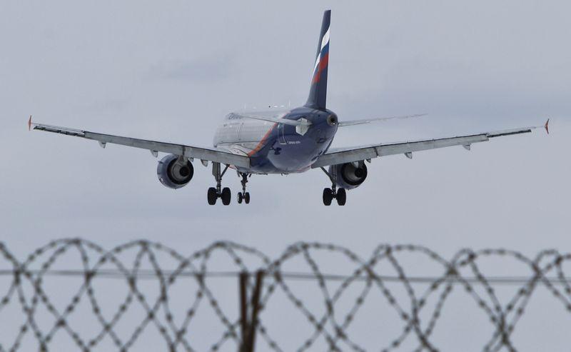 """""""Aeroflot"""" orlaivis leidžiasi oro uoste Maskvoje, Rusijoje. Maximo Shemetovo (""""Reuters"""" / """"Scanpix"""") nuotr."""
