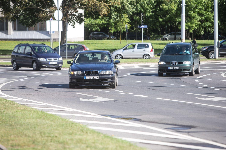 Seimas siūlo neatimti teisės vairuoti už ištisinės linijos kirtimą