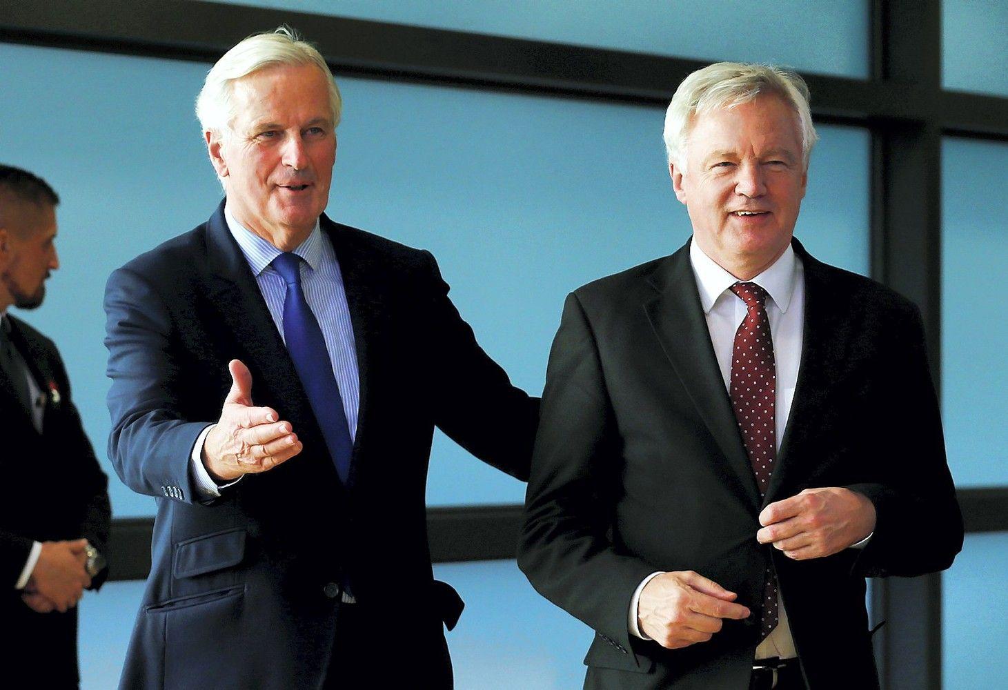 """May pažadai """"Brexit"""" derybų kol kas neišjudino"""