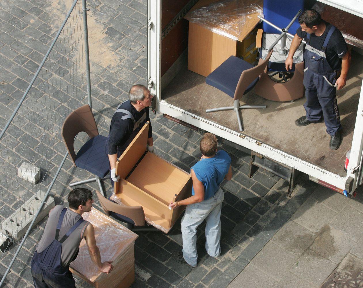 Besiplečiančių įmonių dilema: stabdyti gamybą ar kraustytis dirbant