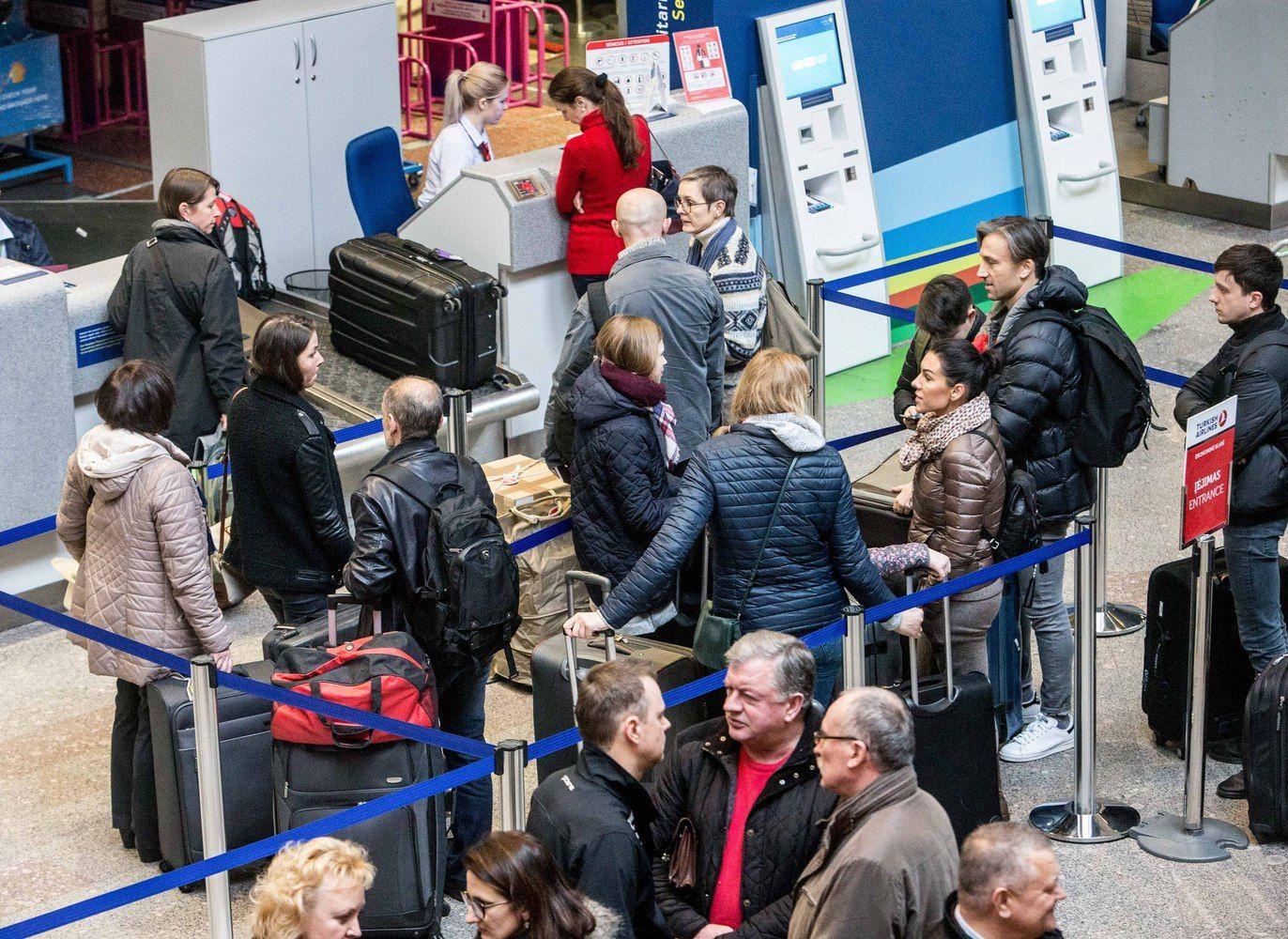 Keleivių registracijos sistemos gedimas sutrikdė pasaulio oro uostų darbą