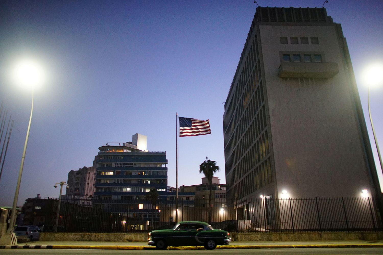Dėl mįslingų priežasčių JAV atšaukia diplomatus iš Kubos, įspėja keliautojus