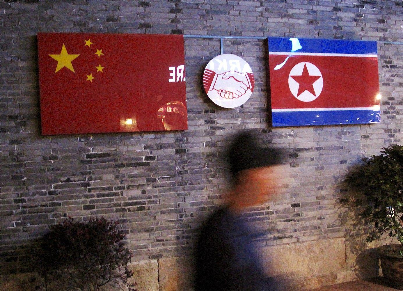 Kinija viena rankabaudžiaŠiaurės Korėją, kita – glosto