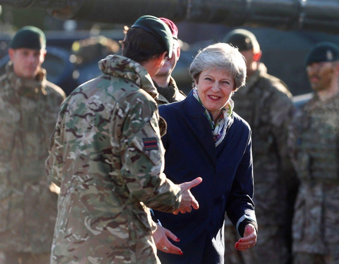 Theresa May Estijoje pažadėjo ginti Europą nuo Rusijos agresijos