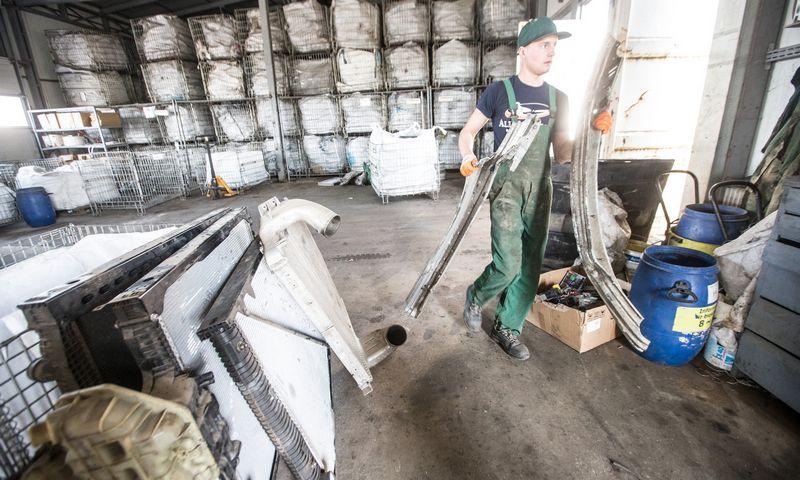 """Buitinės technikos, elektronikos ir automobilių atliekų, spalvotųjų bei tauriųjų metalų laužo surinkimo ir perdirbimo UAB """"EMP Recycling"""" Galinės kaime, Avižienių seniūnijoje, Vilniaus rajone. Juditos Grigelytės (VŽ) nuotr."""