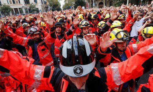 Protestai prieš policiją paralyžiavo Kataloniją