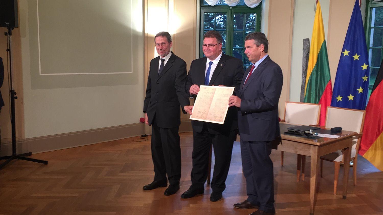 Pasirašyta sutartis dėl Vasario 16-osios akto paskolinimo