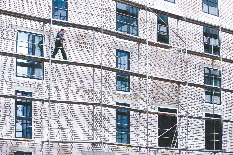 Darbas pigiau už savikainą gali praretinti statybos įmonių gretas