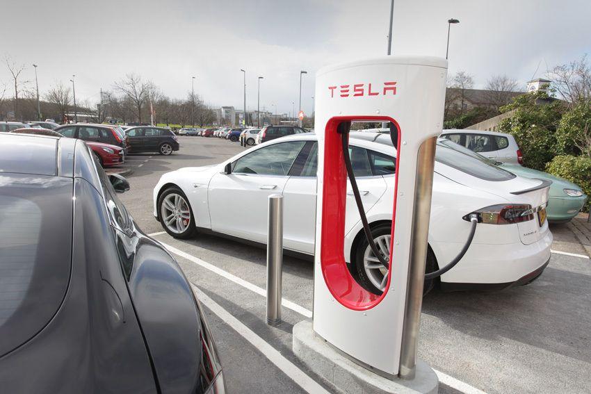 Didieji automobilių koncernai ruošiasi elektrinei ateičiai