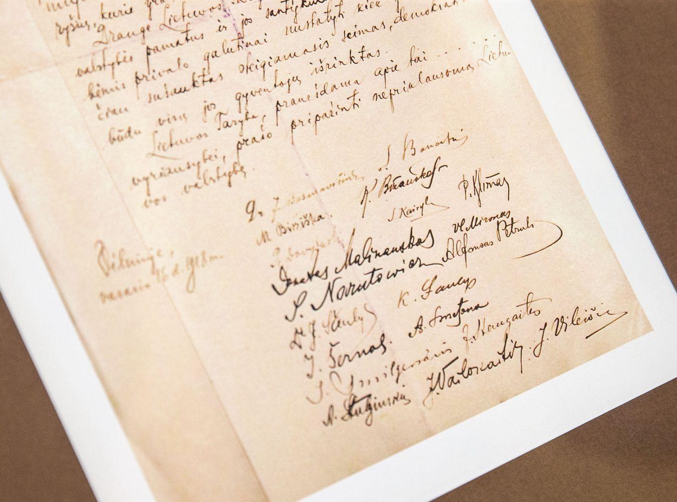 Vasario 16-osios Aktas keliauja į Lietuvą, Mockus svarsto milijoną skirti istorikams