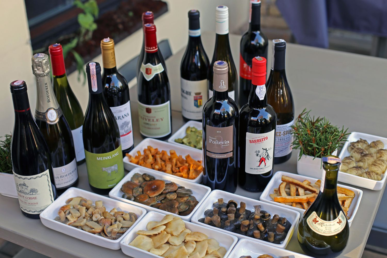 Koks vynas dera prie grybų