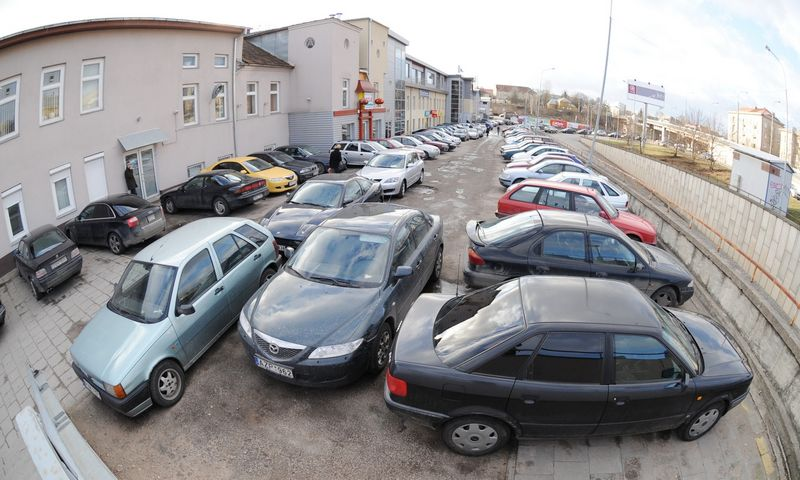 Automobilių stovėjimo aikštelė. Juditos Grigelytės (VŽ) nuotr.
