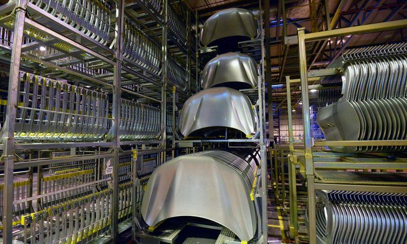 """Kokybės reikalavimų neatitinkantis aliuminis buvo naudojamas automobilių kapotų ir kitų kėbulo dalių gamybai. """"Newspress"""" nuotr."""
