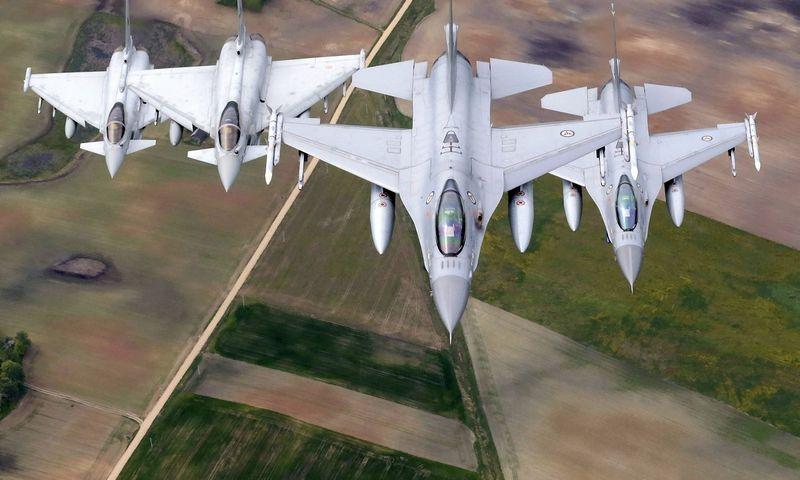 """""""BAE Systems"""" darbuotojų gaminami """"Eurofighter Typhoon"""" naikintuvai vykdo NATO oro policijos misiją virš Lietuvos. Intso Kalninso (""""Reuters"""" / """"Scanpix"""") nuotr."""