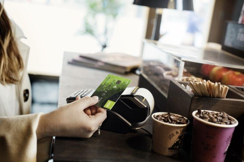SEB pristato dvi bekontaktes atsiskaitymo korteles