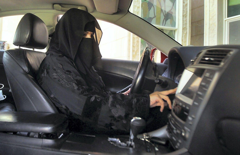 Saudo Arabijos sprendimas leisti vairuoti moterims sujudino automobilių rinką