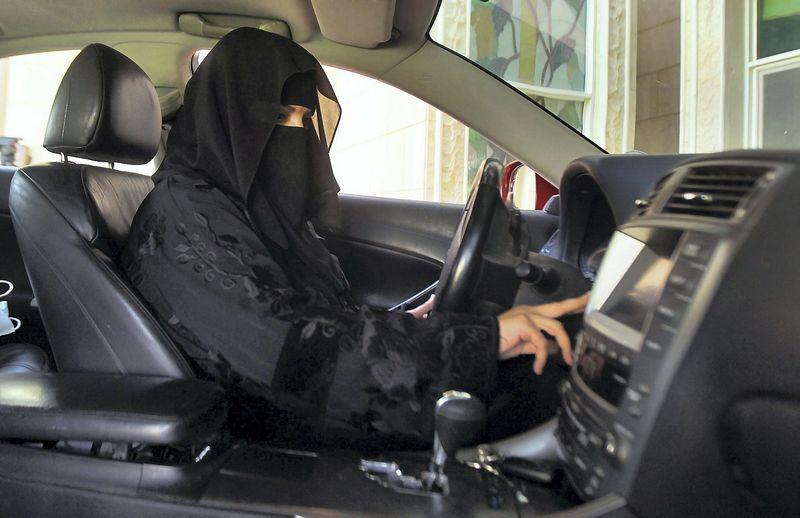 "Moteris už vairo Saudo Arabijoje. Faisalo Al Nassero (""Reuters"" / ""Scanpix"") nuotr."