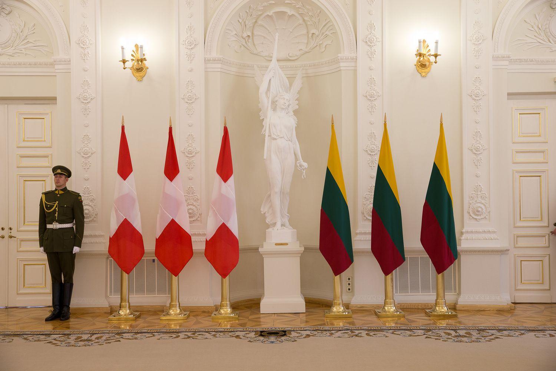 Šveicarijoje nebeliks Lietuvos ambasados