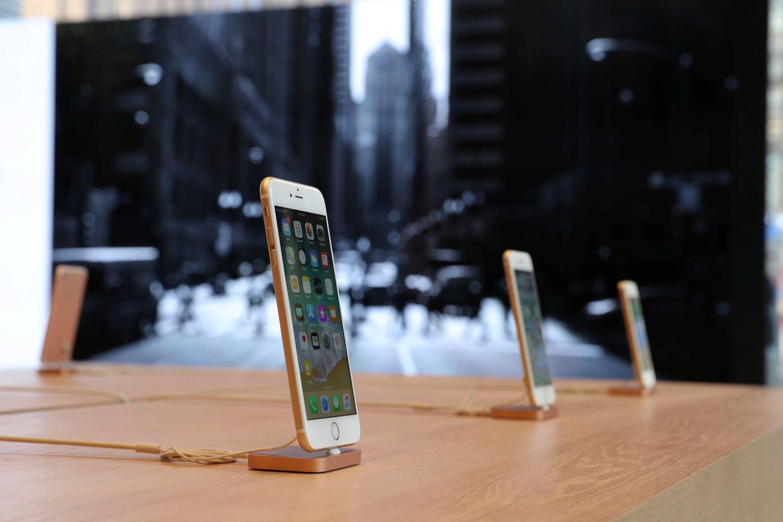 """Menki """"iPhone"""" pardavimai nuvylė investuotojus"""