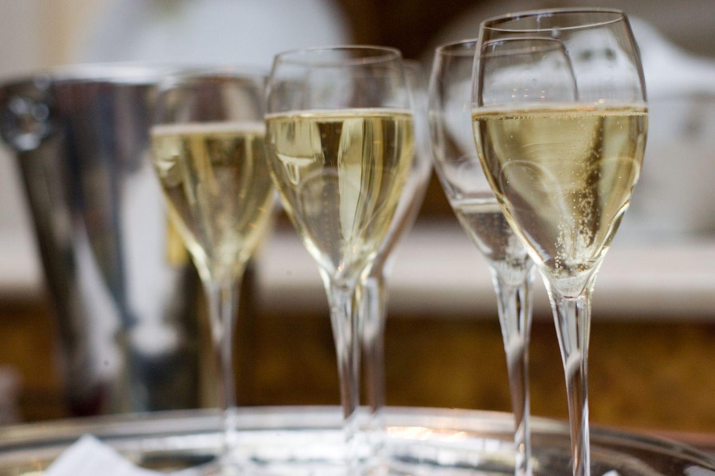 Oro linijas padavė į teismą, nes vietoje šampano ragavo putojančio vyno