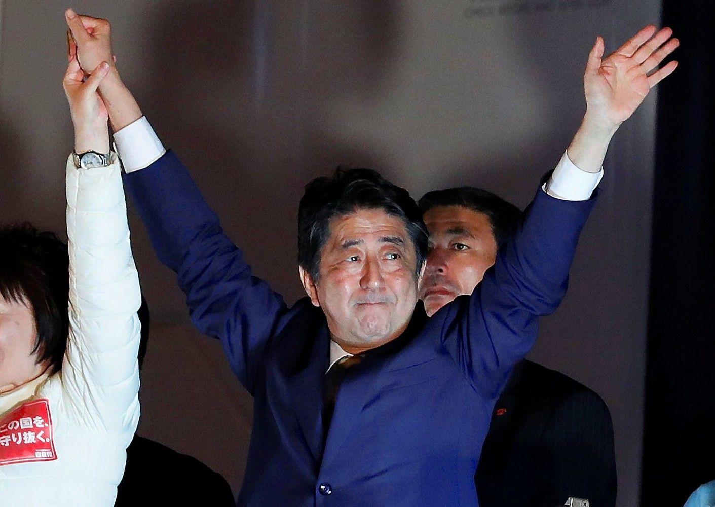 Rinkėjų apklausarodo užtikrintą Abe pergalę, rinkimus Japonijoje trikdo taifūnas