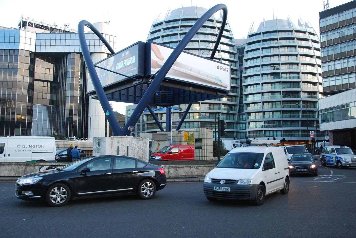 Londonas dar labiau riboja taršių automobilių eismą