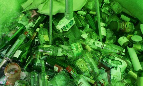 """Stiklo atliekas Latvijoje """"susmulkina ir užkasa"""""""