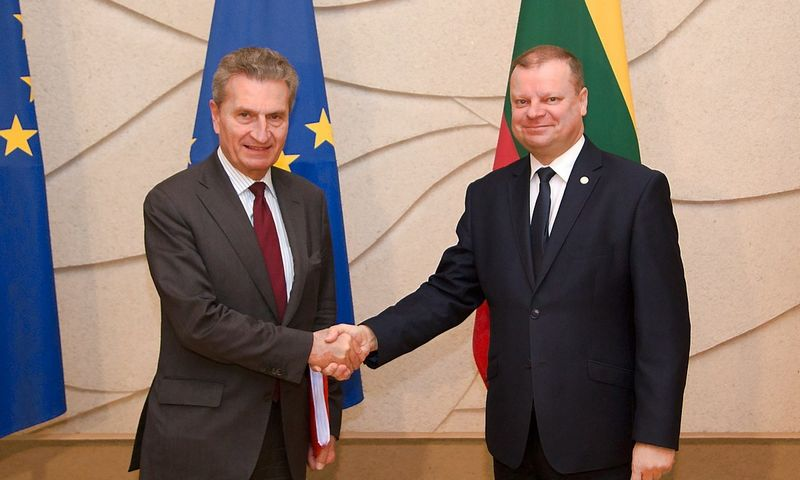 Premjeras Saulius Skvernelis (dešinėje) susitiko su Europos Komisijos nariu Gunteriu Oettingeriu. Dariaus Janučio (Vyriausybės kanceliarija) nuotr.