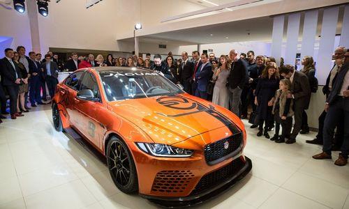 """Dvigubai padidinto """"Jaguar Land Rover"""" salono atidaryme – itin retas modelis"""