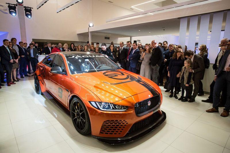 """Atidarymo proga į saloną buvo atvežtas itin retas, vos 300 vienetų tiražu pagamintas """"Jaguar"""" modelis """"XE SV Project 8"""". Įmonės nuotr."""