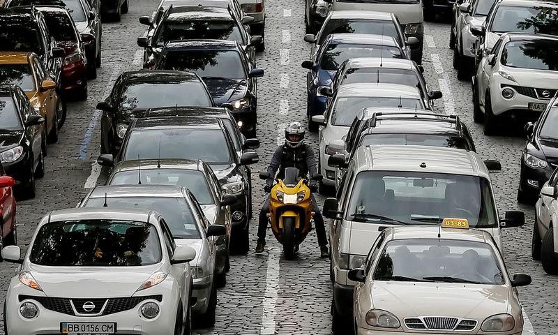 """Ukrainos gatvės vis daugiau automobilių su Lietuvos, Lenkijos ir kitų ES šalių registracijos ženklais.  Glebo Garaničiaus (""""Reuters"""" / """"Scanpix"""") nuotr."""
