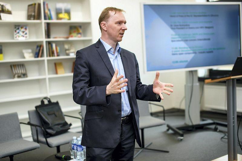 Vilniaus universiteto Matematikos ir informatikos fakulteto dekanas, Jaak Geens partneris doc. dr. Linas Bukauskas.