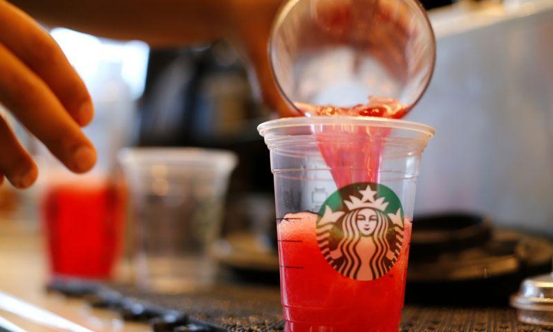 """""""Starbucks"""" tiki, kad ryšys su klientais ir bendruomene, kurioje gyvename, žmogui suteikia gilų tikslo jausmą. """"Reuters"""" nuotr."""