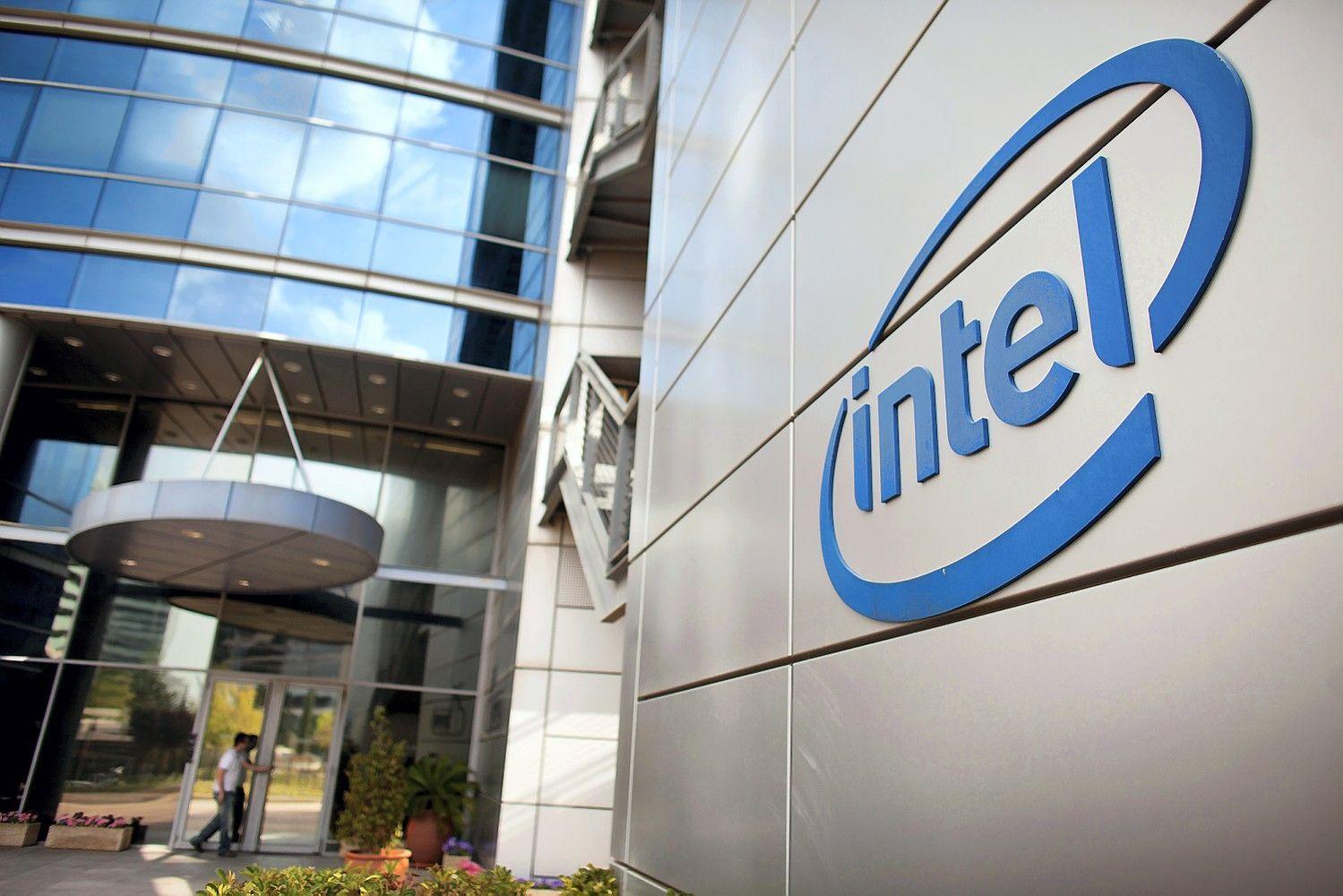 """JAV vyriausybė įspėja verslą apie nesaugius """"Intel"""" lustus"""